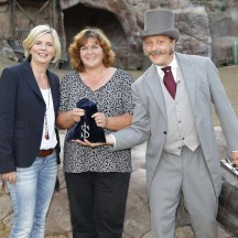 Strahlende Gesichter: Ute Thienel, Geschäftsführerin der Karl-May-Spiele (rechts) und Bankier Ohlert (Mathias Engel)