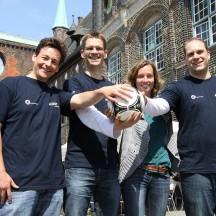 Organisieren die Deutsche Straßenfußballmeisterschaft in Lübeck: Katrin Kretschmer vom Anstoß e.V. (3.v.l.) sowie Daniel Katona, Lutz Regenberg und Torben Baars von der Vorwerker Diakonie (v.l.)