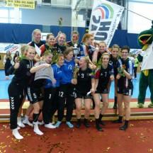 Der SV Henstedt-Ulzburg feiert ausgelassen den Finalsieg