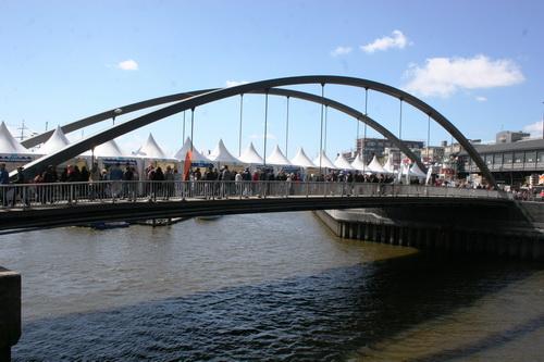 Die Hamburger Niederbaumbrücke mit der Tourismusmeile, organisiert von der Flusslandschaft Elbe GmbH, Bleckede