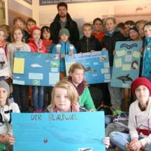Es zeigt die 4. Klasse der Husumer Klaus-Groth-Schule mit ihren Ausstellungsplakaten.