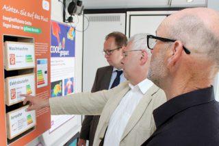 Foto: Jens Neumann / SHeff-Z  Beratung im Energiesparmobil: SHeff-Z-Geschäftsführer Dr. Winfried Dittmann informiert Besucher.