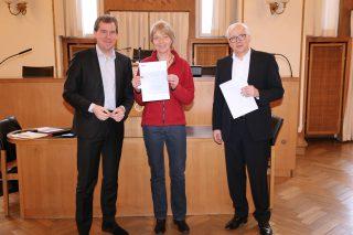 Oberbürgermeister Ulf Kämpfer (li.) und Umweltdezernent und Bürgermeister Peter Todeskino überreichten Kristin Dahl vom Studentenwerk SH den Nachhaltigkeitspreis.