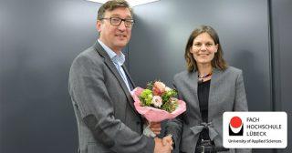 Foto (FH Lübeck): FH-Präsidentin Dr. Muriel Helbig gratuliert dem frisch gewählten Vizepräsidenten Prof. Dipl.-Ing. Frank Schwartze