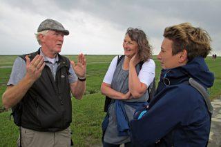 Staatssekretärin Anke Erdmann (rechts) mit dem Leiter der Nationalparkverwaltung Detlef Hansen und Vera Knoke aus dem Umweltministerium im Vorland von Westerhever. FOTOHINWEIS: Gätje / LKN.SH