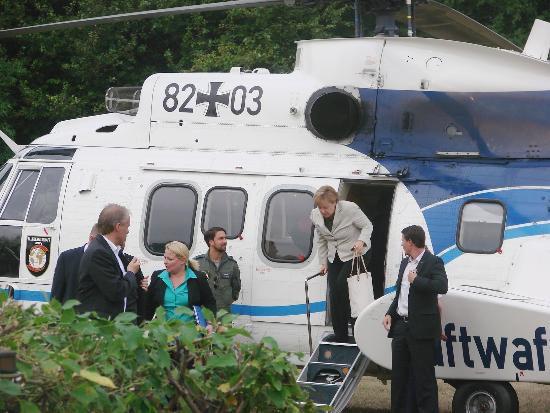tbgf150813_Merkel-Hubschrauber-Kroeger_003
