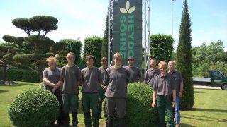 Die Baumschule Heydorn & Söhne, geführt von Hans-Heinrich und Betriebsleiter Niels Heydorn, unterstützt von der Familie sowie Ausbildungsleiterin Andrea Köhncke (v.r.) mit ihren Auszubildenden