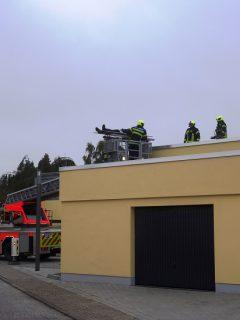 """Über eine Drehleiter wird ein """"Verletzter"""" vom Dach geholt Foto: Helios Klinik"""