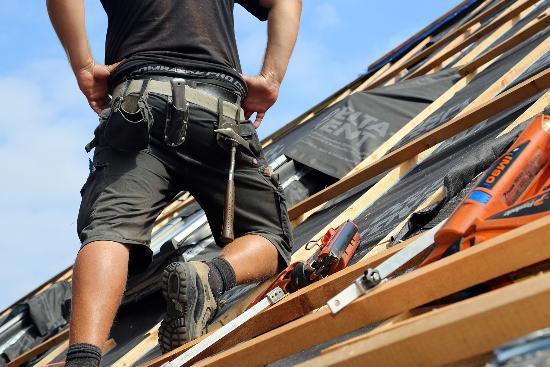 Dachdecker in Lohn-Schieflage